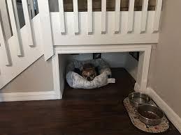 chambre pour chien il construit une chambre sous les escaliers pour chien