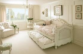 canapé shabby chic un canapé blanc de style shabby chic dans le salon clair