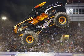 monster trucks grave digger crashes monster jam 2016 becky mcdonough reps the ladies in world of
