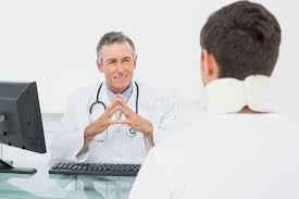 x au bureau docteur dans la conversation avec le patient au bureau image stock