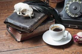corbeau bureau crâne de livres anciens sèche et le corbeau plume sur le