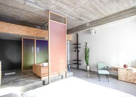 chambre hotel amsterdam maring s volkshotel suite has a wooden bathtub and colourful