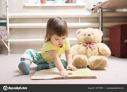 moquette chambre enfant fillette lisant livre intérieur dans sa chambre sur moquette avec