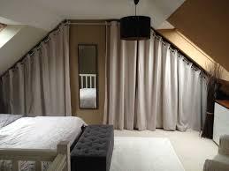 decoration chambre comble avec mur incliné dressing sous pente avec rideaux et inspirations et decoration