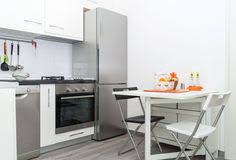 tableau blanc cuisine cuisine avec le panier de fruit frais sur le tableau blanc avec