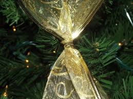 How To Decorate Garland With Ribbon How To Criss Cross Ribbons On A Christmas Tree Holidappy