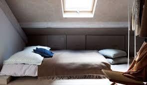 decoration chambre comble avec mur incliné installer une chambre sous les toits 9 photos pour aménager une