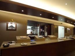le comptoir de service devant la cuisine hyper clean picture of le