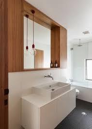 15 Bathroom Pendant Lighting Design - 15 inspirações para decoração do banheiro 9 narrow bathroom