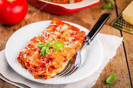 cuisine italienne cannelloni cannelloni maison avec épinards et sauce tomate photographie