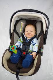 siège auto sécurité bébé bouclé en toute sécurité dans le siège auto banque d images et