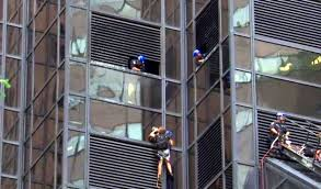 Trump Tower Ny Man Climbing Trump Tower In New York With Suction Cups Aug 10