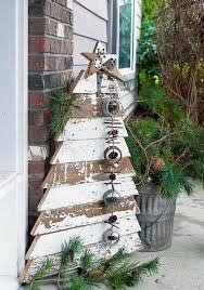 White Decorations On Christmas Tree by 26 Creative Pallet Christmas Trees With Decor Ideas Shelterness