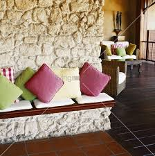 sitzbank wohnzimmer rustikale natursteinwand mit integrierter sitzbank im wohnzimmer