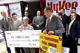 hy vee thanksgiving hy vee raises more than 16 000 for mr thanksgiving dinner