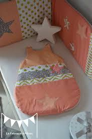 d orer chambre fille gigoteuse 0 6 mois bébé fille abricot corail doré gris étoiles