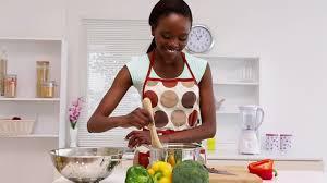 femme dans la cuisine femme type africain faire la cuisine hd stock 515 687