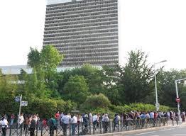 prefecture des yvelines bureau des etrangers devant la préfecture de nanterre la chaleur rend l attente encore
