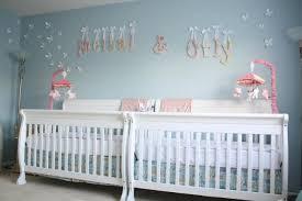 chambre pour jumeaux chambre enfant chambre de bébé idée jumeau lit bebe blanc 102