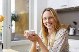 cuisine femme souriante femme se détendre dans sa cuisine à la maison