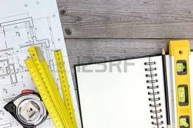 bloc note sur bureau projet architectural avec outils et bloc notes sur un bureau en bois