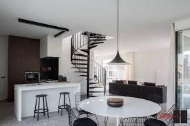 escalier entre cuisine et salon 1001 conseils et idées pour une cuisine ouverte sur le salon
