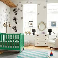 coole wandgestaltung kinderzimmergestaltung babyzimmer grünes gitterbett teppich