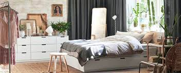 chambre osier decorer une chambre adulte grande chambre au mobilier blanc et osier