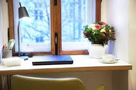 schreibtisch im schlafzimmer schreibtisch im schlafzimmer laptop wlan roten löwen design