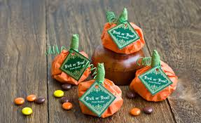fall wedding favor ideas 24 cool and inexpensive diy autumn wedding favors weddingomania