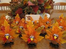 thanksgiving table decorations use autumn leaves to decorate for
