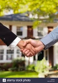 Haus Immobilien Mann Und Frau Schütteln Hände Vor Einem Haus Immobilien Makler