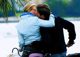 10 cara cium leher dan membuat pasangan ketagihan cintai hidup