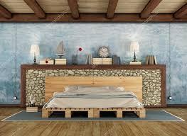 chambre à coucher rustique chambre à coucher rustique avec un lit palette photographie