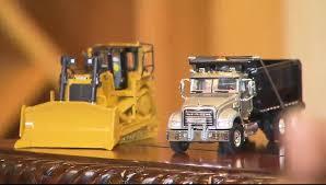 sur le bureau voilà pourquoi jovenel moise a des petits camions sur bureau