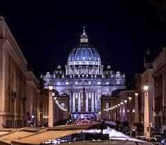 alla cupola di san pietro cupola di basilica di san pietro alla notte immagine stock