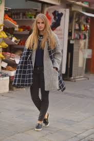 how to wear the oversized scarf trend huge scarf ideas