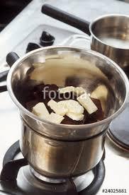 une jatte en cuisine mettre le beurre et le chocolat dans une jatte photo libre de