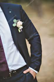 boutonniere mariage mariage freesia blanc sur le costume du marié photo 102863096