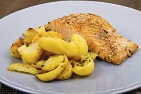 comment cuisiner du saumon surgelé recette saumon et pommes de terre au four 750g