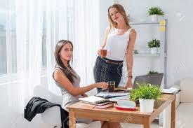 image pause café bureau pause café de bureau avec deux collègues de sexe féminin souriant