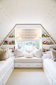 salle de bain dans chambre sous comble charmant lit sous pente et lit sous pente dans une chambre avec