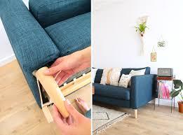 customiser canapé customiser canapé avec des pieds en bois conique décoration