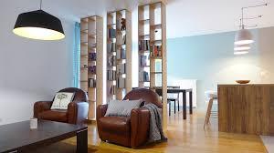 le decor de la cuisine un salon séparé de sa salle à manger par une bibliothèque et de la