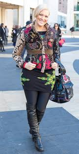 Street Style For Over 40 | 11 best streetstyle looks by women over 40 featuring prints look