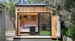 bureau de jardin en bois bungalow de jardin contemporain en bois avec grande baie vitrée