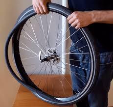 réparer une chambre à air de vélo tuto comment enlever une roue de vélo et remonter un pneu