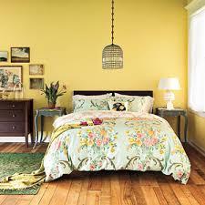 deco chambre jaune du jaune dans la chambre et pourquoi pas mobilier canape deco