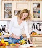il baise sa mere dans la cuisine garçon avec sa mère enceinte image stock image 40403221