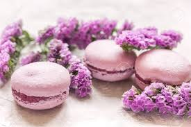 cuisine mauve breakfast with macaroons and mauve flowers white